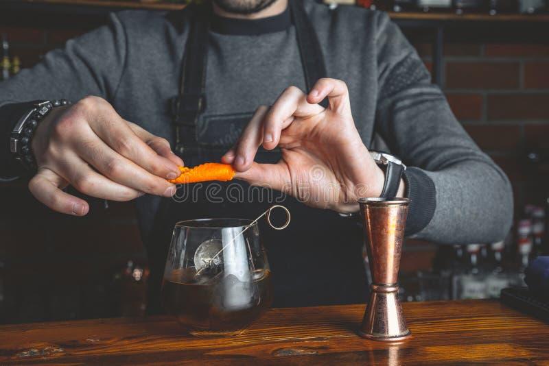 Bartender med en coctail royaltyfri foto
