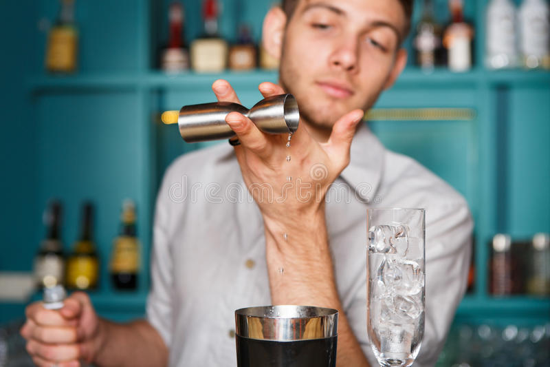 Bartender` s räcker danandealkoholcoctailen arkivfoton