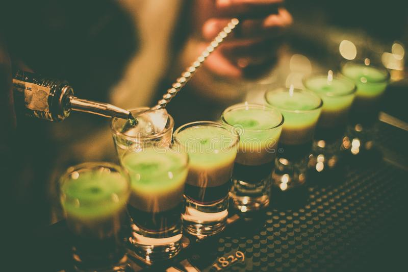 Bartender som blandar några skott royaltyfri fotografi