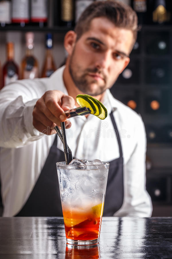 Bartender som dekorerar coctailen royaltyfria foton