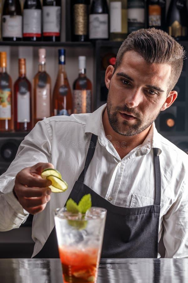 Bartender som dekorerar coctailen arkivbild