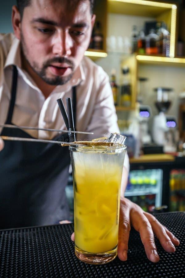 Bartender som dekorerar ett exponeringsglas arkivbilder