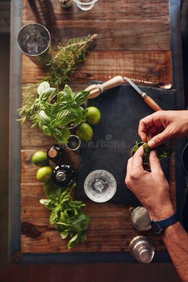 Bartender som experimenterar med nya coctailförberedelseidéer arkivfoton