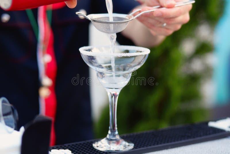 Bartender som förbereder coctailen för gäster arkivfoto