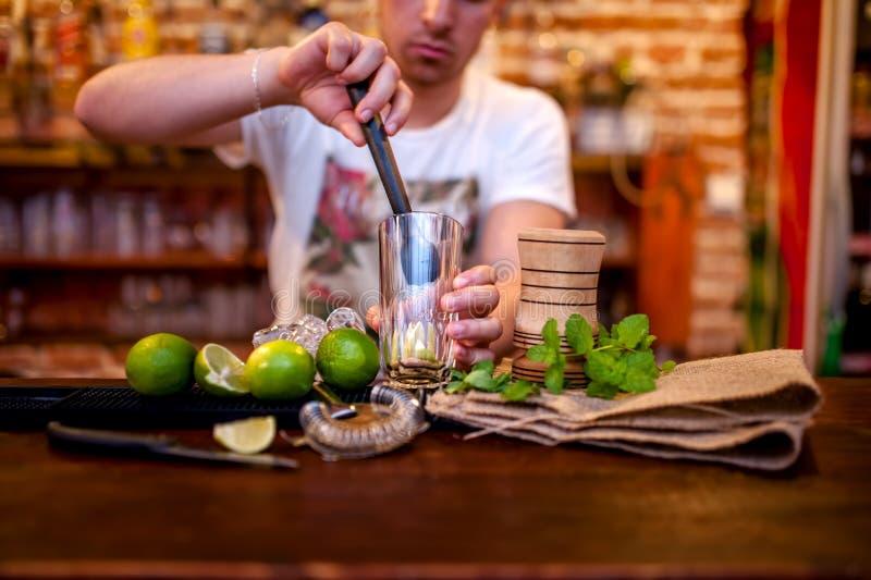 Bartender som förbereder mojitococtaildrinken, med li royaltyfri foto