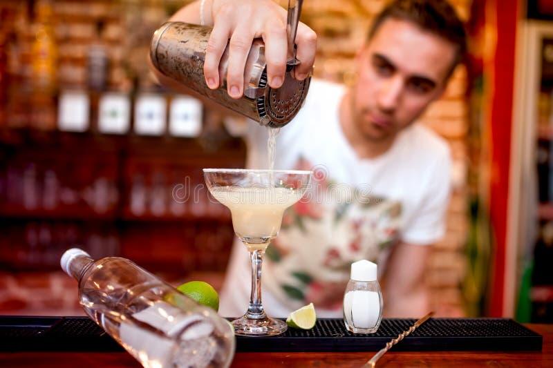 Bartender som häller en alkoholiserad coctailservice för margarita fotografering för bildbyråer