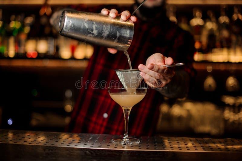 Bartender som pourring en achoholic drink för Daiquiri från coctailen arkivbilder