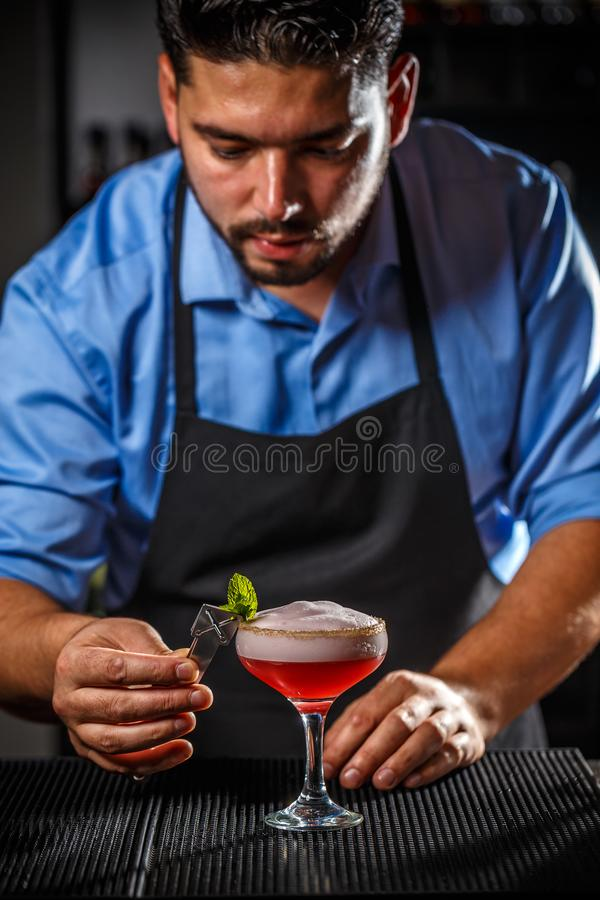 Bartendern dekorerar cocktai arkivfoton