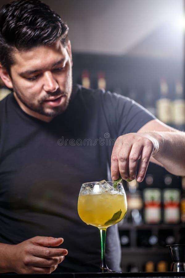 Bartendern dekorerar coctailen royaltyfria foton