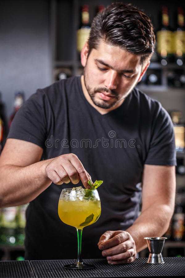 Bartendern dekorerar coctailen arkivfoton