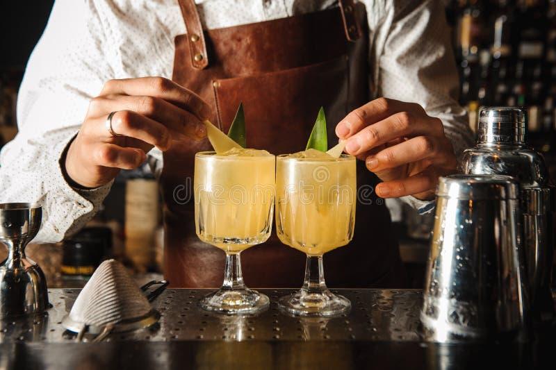 Bartendern dekorerar coctailen ingen framsida arkivfoton