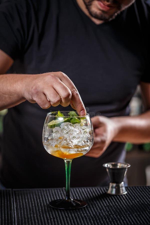 Bartendern dekorerar en coctail royaltyfri bild