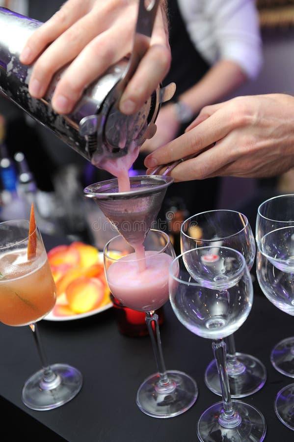 Bartendern förbereder coctaildrinken royaltyfria foton
