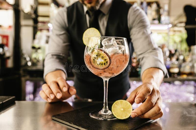 Bartendern gör coctailen på nattklubben royaltyfri bild