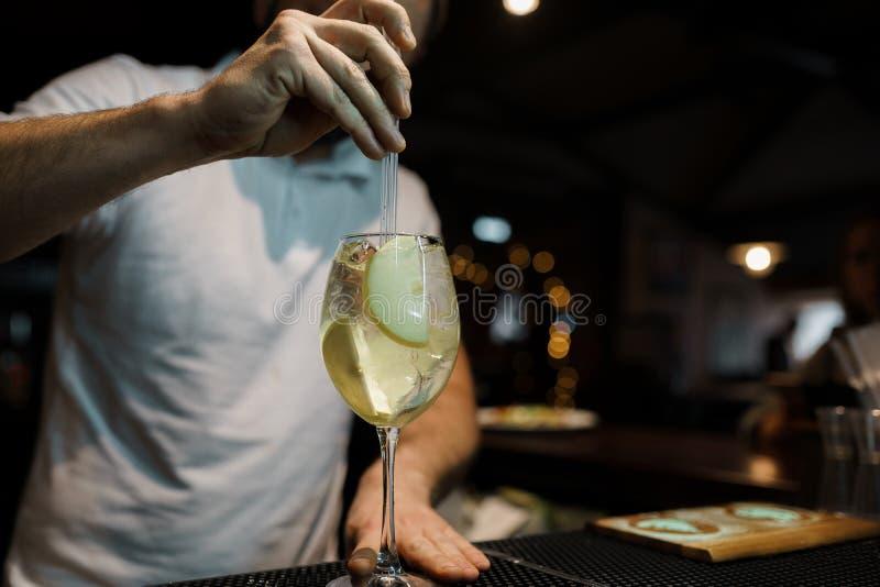 Bartendern gör en alkoholiserad kolsyrad söt coctail på stången Alkoholdrycker på stången eller nattklubben livstidsnatt fotografering för bildbyråer