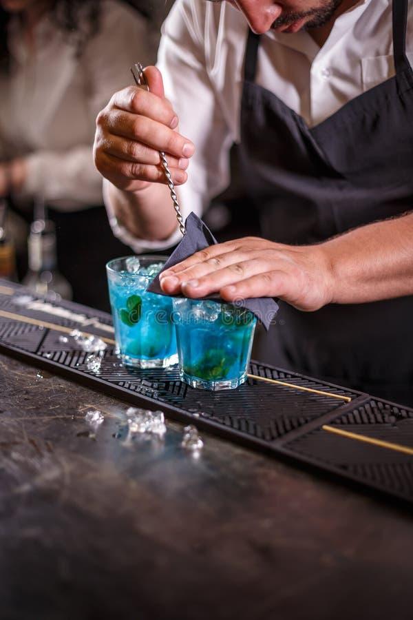 Bartendern rör coctailar arkivfoton