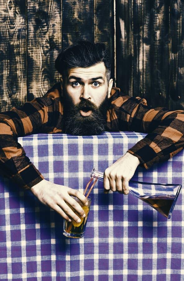 Bartenderoverdrink som drickas Man i rutig skjorta på träbakgrund, blå bordduk arkivfoton
