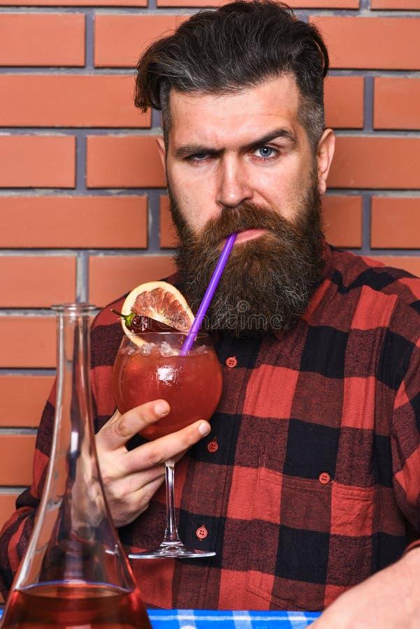 Bartending pojęcie Barman z długą brodą, wąsy i elegancki włosy na surowym twarzy mienia wina szkle, alkoholiczka obraz royalty free