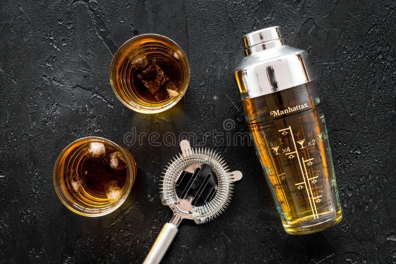 Bartendrar ställde in på stången med whiskycoctailar, sikt för svart bakgrund för shaker bästa fotografering för bildbyråer