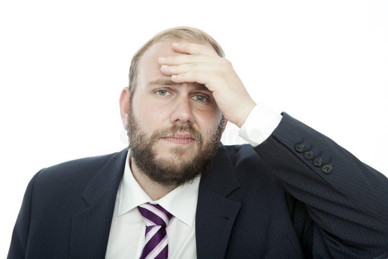 BartGeschäftsmann mit der Hand auf Kopf ist krank lizenzfreies stockfoto