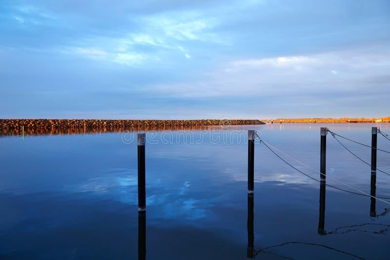 Barth, Mecklenburg-Vorpommern, port avec le soleil de charbon en octobre photographie stock