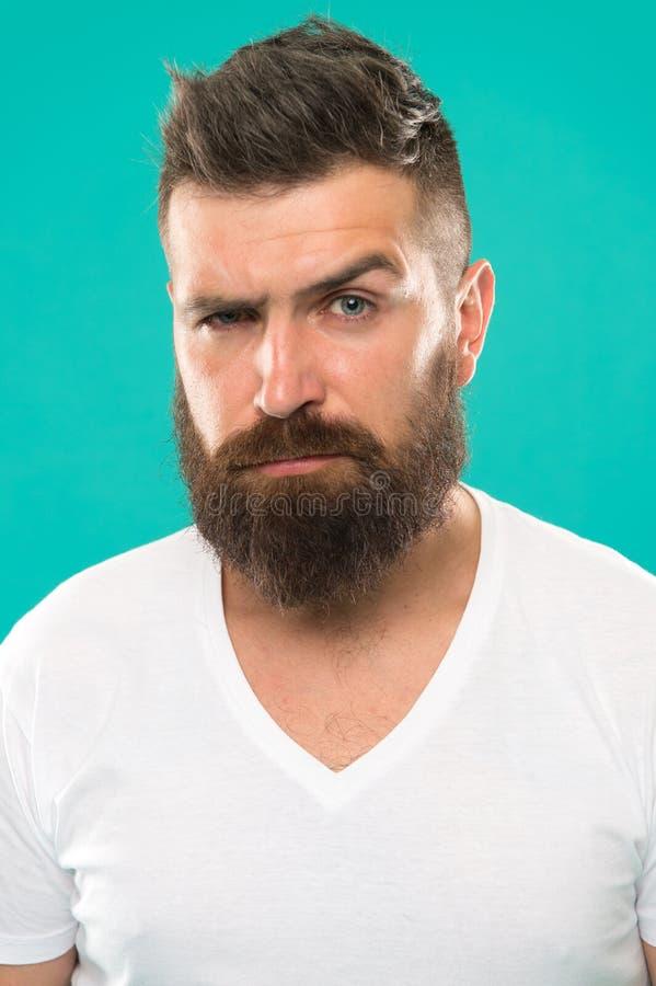 Bartmode und Friseurkonzept Streng und ernst Barttürkishintergrund des bärtigen Hippies des Mannes stilvoller herrenfriseur lizenzfreies stockfoto