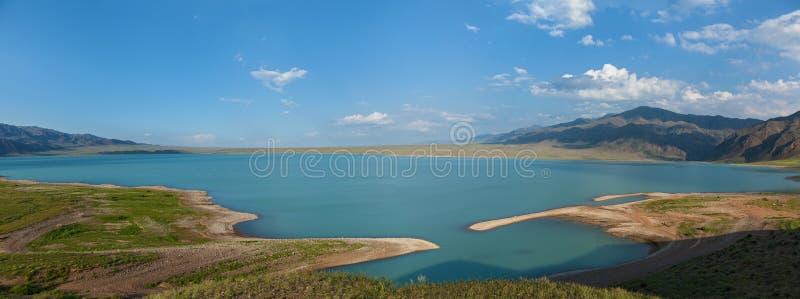 Bartogai fördämning på en bergflod Chilik, Kasakhstan upcast av waen arkivfoto