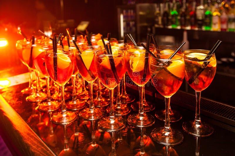 Bartribune met cocktails royalty-vrije stock foto