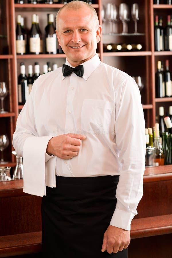 baru dojrzały restauracyjny uśmiechnięty kelnera wino obrazy stock