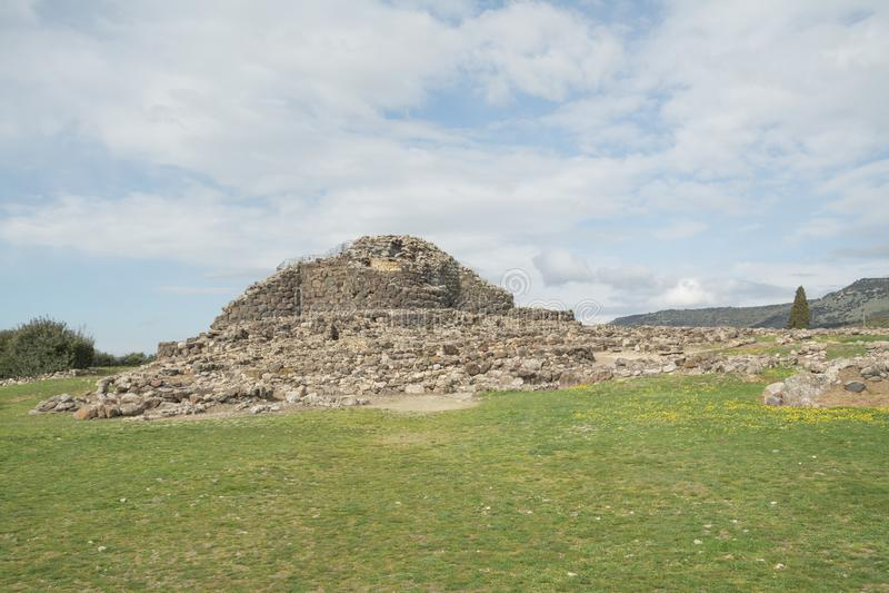 BARUMINI, Sardinige, Italië - Februari 23, 2019: De ruïnes van Su Nuraxi dichtbij Barumini in Sardinige stock afbeelding