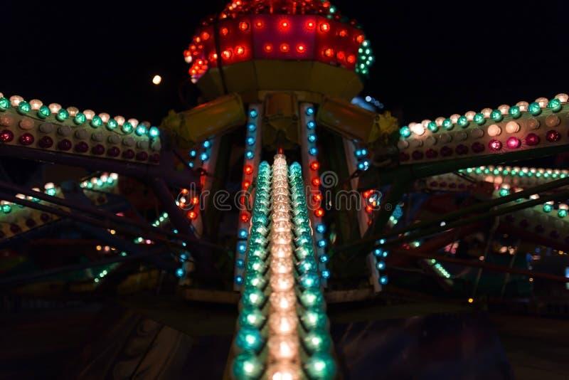 Barwiący światła na parku rozrywki przy nocą obraz stock