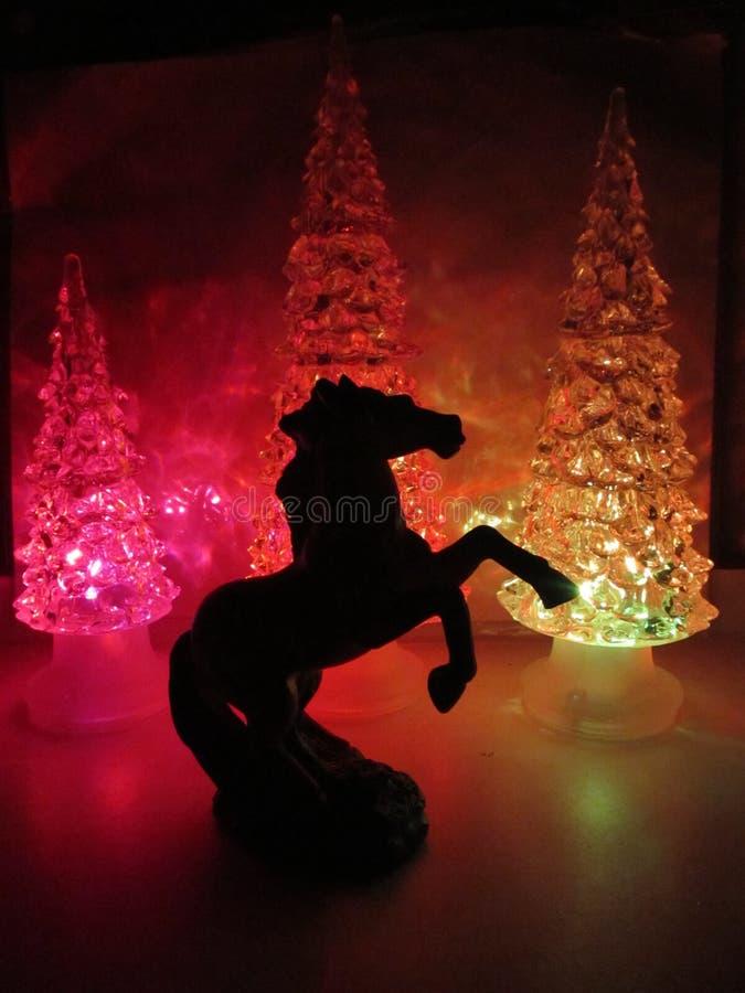 Barwiący akrylowi drzewa z akrylowym koniem fotografia royalty free