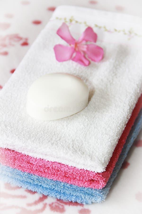 Barwiący bawełnianych białych błękit menchii kąpielowi ręczniki dla łazienki zdjęcie royalty free