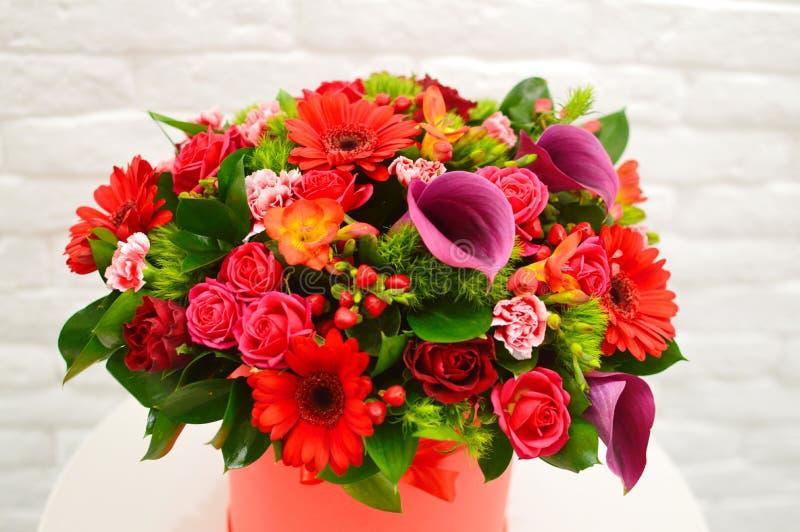 Barwiący bukiet kwiaty w koszu obraz royalty free