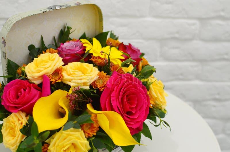 Barwiący bukiet kwiaty w oryginału pudełku zdjęcie royalty free