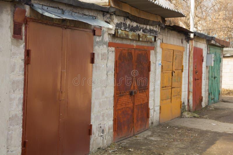 Barwiący garaży drzwi w spokojnym terenie obraz stock