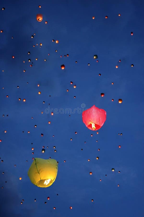 Barwiący lampiony w niebie zdjęcie stock
