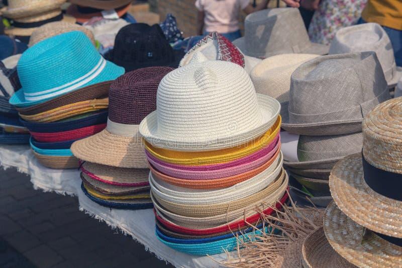 Barwiący lato kapelusze na wprowadzać na rynek kontuar obraz royalty free