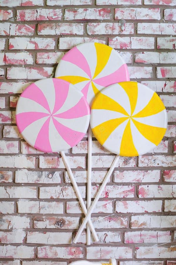 Barwiący lollypops przy ściana z cegieł tłem fotografia royalty free