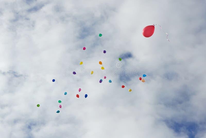 Barwi ballons lata up wewnątrz niebo obraz stock