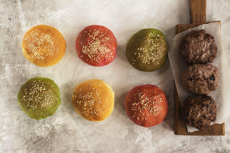 Barwi hamburger babeczki i mięsnych cultets nad kamienia stołem zdjęcia royalty free