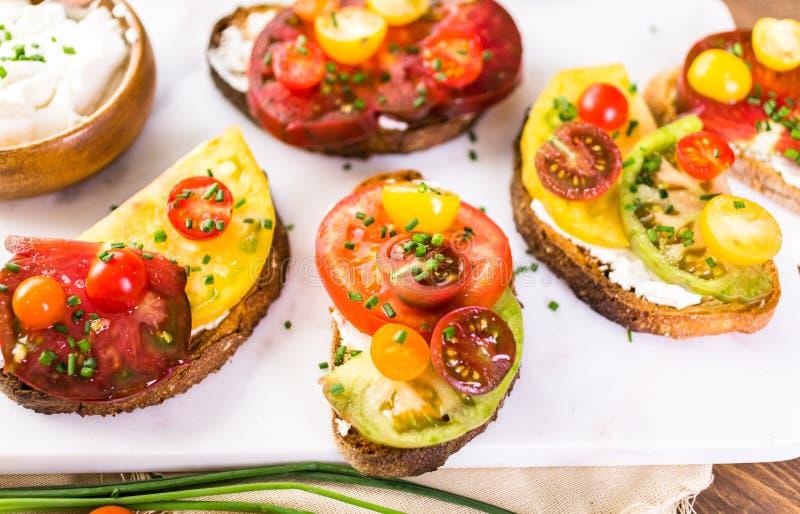 barwi heirloom czerwonego pomidorów kolor żółty zdjęcia stock