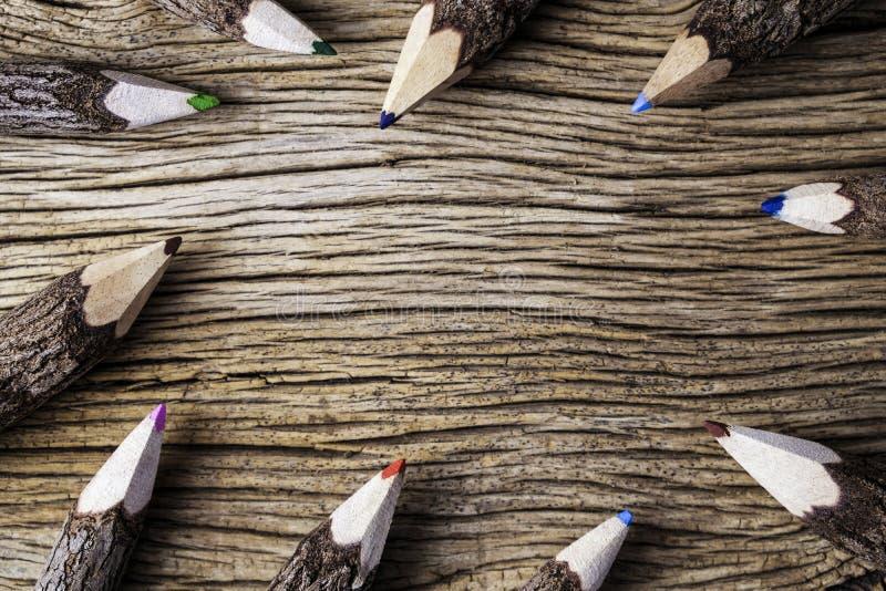 Barwi ołówek na drewnianym tle z kopii przestrzenią obraz royalty free