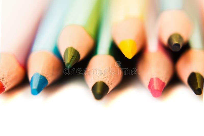 Barwi ołówki odizolowywających na białym tle, makro- widok fotografia royalty free