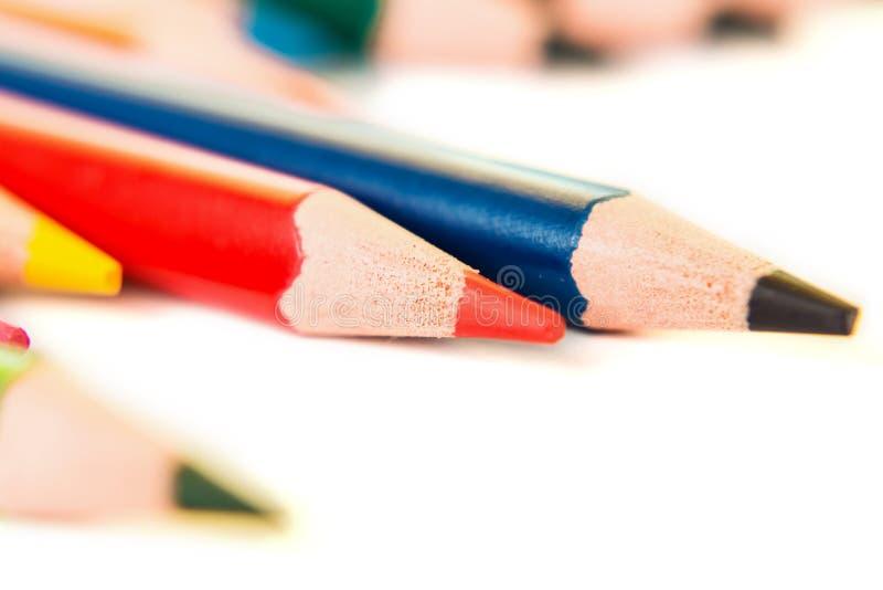 Barwi ołówki odizolowywających na białym tle, makro- widok obrazy royalty free