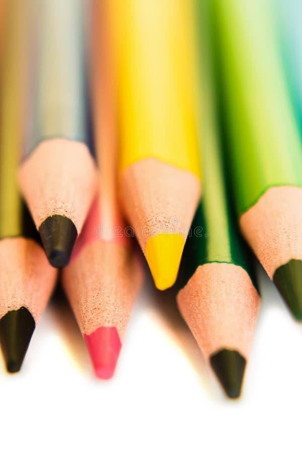 Barwi ołówki odizolowywających na białym tle, makro- widok obrazy stock