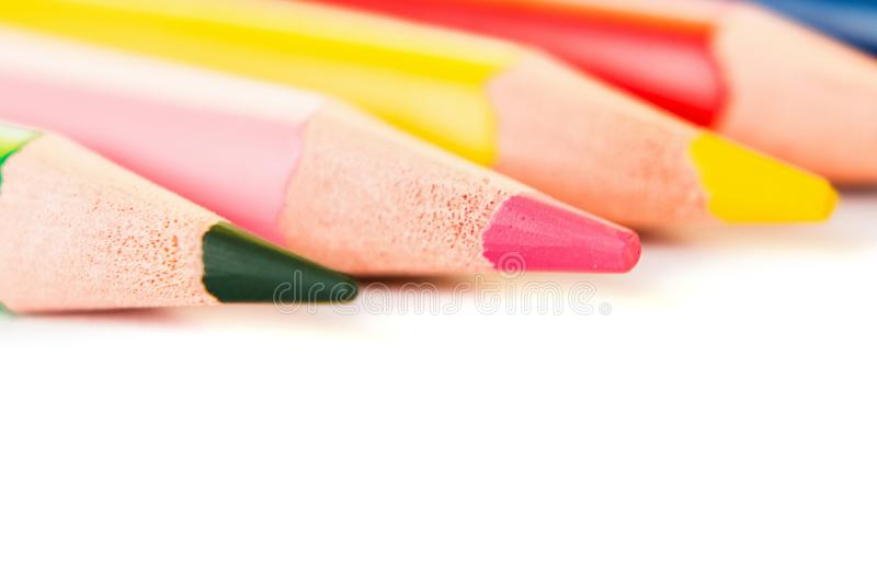 Barwi ołówki odizolowywających na białym tle, makro- widok obraz stock