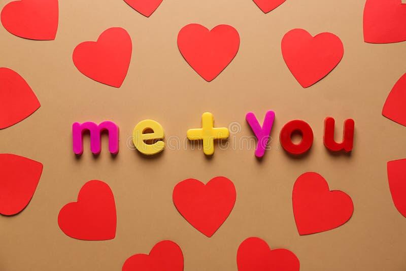 Barwi papierowych serca ME+YOU na koloru tle i inskrypcję Walentynka dnia ?wi?towanie obraz royalty free