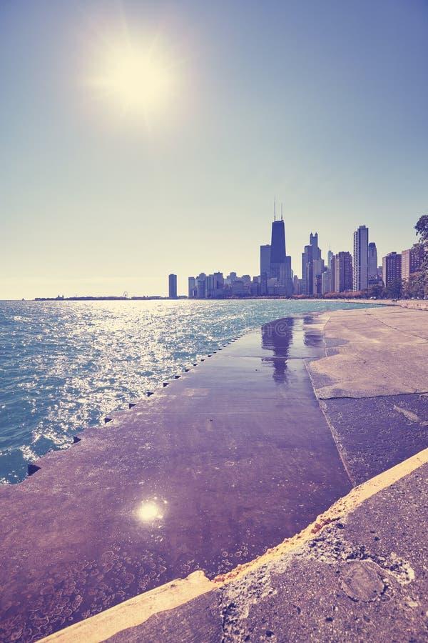 Barwi stonowaną Chicagowską nabrzeże linię horyzontu przeciw słońcu, usa zdjęcia royalty free