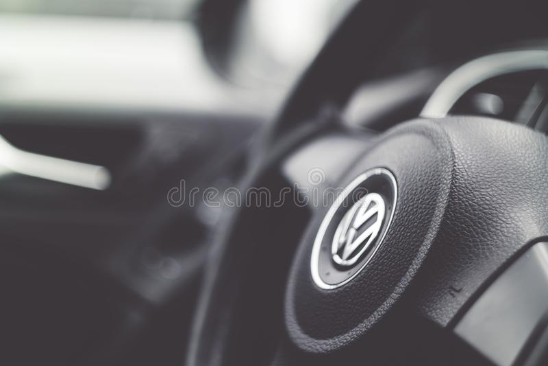 Barwi wizerunek kierownica wśrodku samochodu obraz royalty free